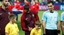 Cristiano Ronaldo assinou camisola da criança que entrou com ele em campo