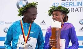 Maratona de Berlim: Eliud Kipchoge e Gladys Cherono vencem com recordes pessoais