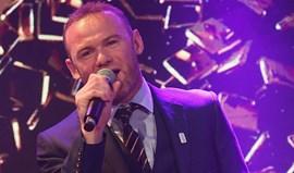 Veja o que Wayne Rooney faz com um microfone na mão