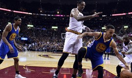 Curry e Thompson 'destroem' Cavs