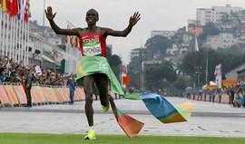 Eliud Kipchoge conquista o ouro na maratona