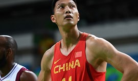 Yi Jianlian assina pelos Los Angeles Lakers e regressa à NBA