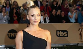 Kaley Cuoco rendida ao 'hot yoga'