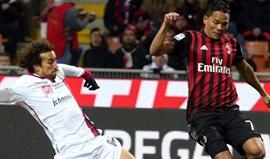 Bruno Alves expulso no regresso do Milan aos triunfos