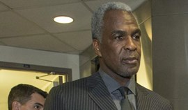 Dono dos New York Knicks bane Charles Oakley do Madison Square Garden