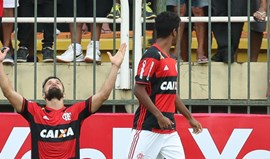Flamengo garante final com golo do ex-portista Diego