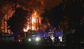 Mais de 130 bombeiros combatem incêndio em fábrica de papel na Feira