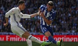 Quem é Theo Hernández, desejado por Barça e Real? Perguntámos ao outro lateral do Alavés