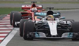 GP da China: Hamilton na 'pole'... com Vettel ao lado