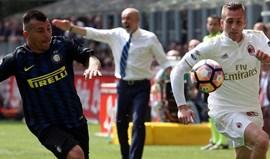 Inter e AC Milan empatam em final de jogo polémico (2-2)