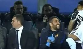 O jogo começou... e Dani Alves estava a cumprimentar o banco do Barça