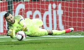 Anthony Lopes defende dois penáltis e dá apuramento ao Lyon
