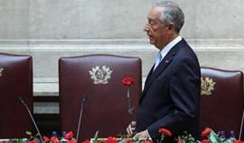 25 de Abril: Sessão solene começa no parlamento com Marcelo de cravo na mão