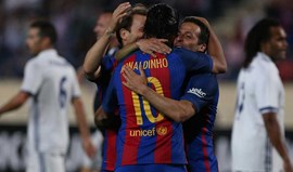 Simão Sabrosa marca no 'Clássico das Lendas' entre Barcelona e Real Madrid