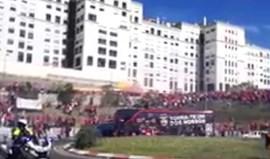 Autocarro do Benfica recebido em euforia à chegada à Luz