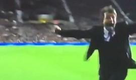 Conte atirou-se para cima dos seus adjuntos ao celebrar o golo do Chelsea