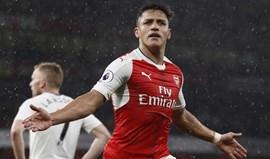 Bis de Alexis Sánchez mantém Arsenal na luta pela Champions