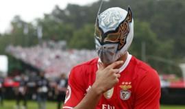 A máscara de Jiménez tem uma explicação e a pose tem outra