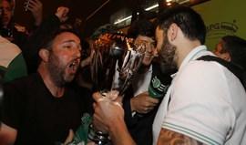 Equipa de andebol do Sporting recebida em euforia em Alvalade