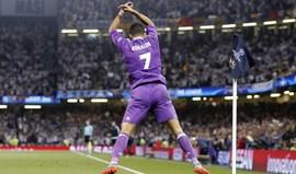 Ronaldo marca e Phil Neville escreve: «É melhor do que Messi»
