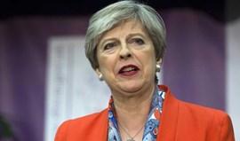 Theresa May vai pedir autorização à rainha para formar governo