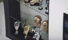 O que faz Cristianinho com duas Bolas de Ouro do pai?