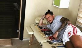 Há craques que mostram a coleção de camisolas, Fejsa mostra a coleção de... medalhas