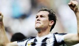 Juventus tenta renovar com Lichtsteiner