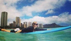 Paris Hilton faz surf no Hawai