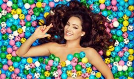 Kelly Brook despe-se para promover lotaria