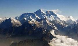 Pelo menos 12 mortos durante avalanche no Evereste