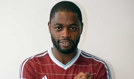 Barcelona empresta Alex Song ao West Ham