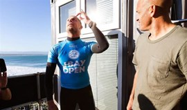 Kelly Slater consola rival Mick Fanning
