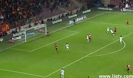 Lukas Podolski recebeu de peito e... toma lá disto!