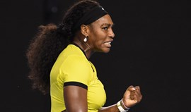 Serena Williams arrasa Radwanska rumo à final