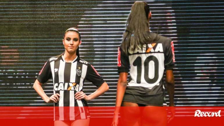 4003b245b Modelos de cuecas causam polémica br    no lançamento da camisola do At.  Mineiro - Brasil - Jornal Record