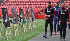 Jogadores e equipa técnica do Ajax homenageiam Cruyff