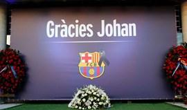 Dois ex-presidentes do FC Barcelona visitam memorial de condolências de Cruyff