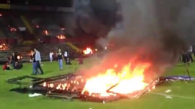 Adeptos turcos incendeiam estádio - literalmente!