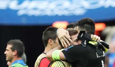 Abraço sentido entre Buffon e Casillas