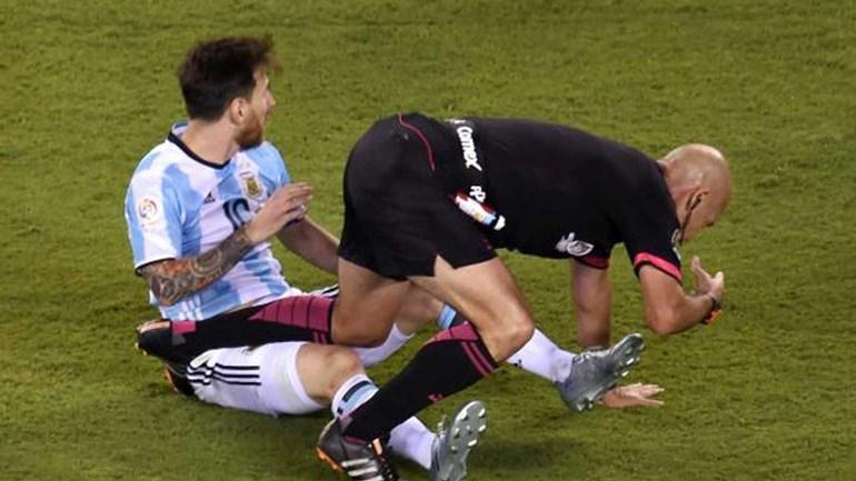 Messi não conseguiu 'fugir' ao árbitro depois de o ter... abalroado