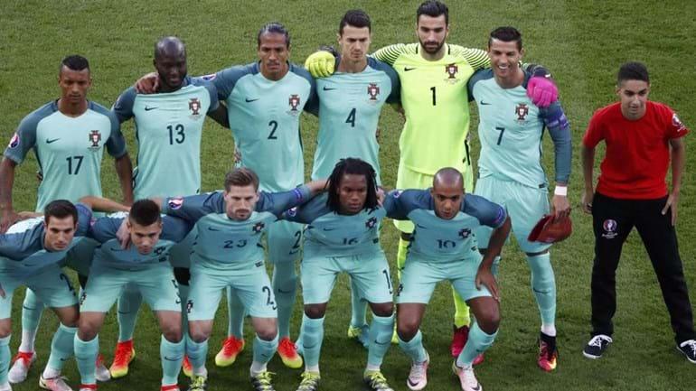Onze português ganhou elemento extra na foto de família... e Ronaldo 'aprovou'