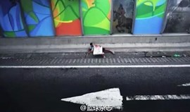 Autocarro da equipa chinesa passou no meio de um tiroteio