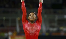 Simone Biles soma terceira medalha com triunfo na prova de salto