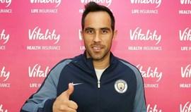 Cláudio Bravo veste à Manchester City