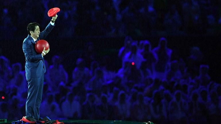 Primeiro-ministro japonês apareceu na cerimónia de encerramento... vestido de Super Mário