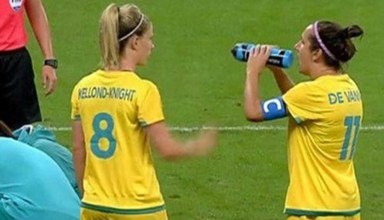 Australiana queria beber água... com a garrafa ao contrário!