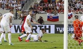Inglaterra bate Eslováquia nos descontos