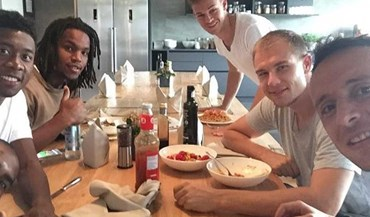 Renato Sanches à mesa com colegas do Bayern