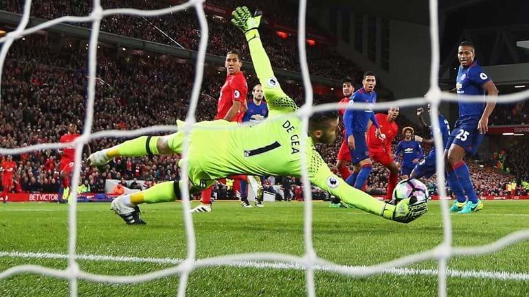 Um gato preto, De Gea e o 'autocarro' que Mourinho levou para Liverpool